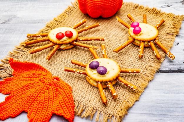 Lustiges kinderessen. essbare spinnen, halloween-konzept