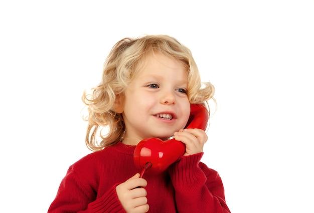 Lustiges kleines kind, das am telefon spricht