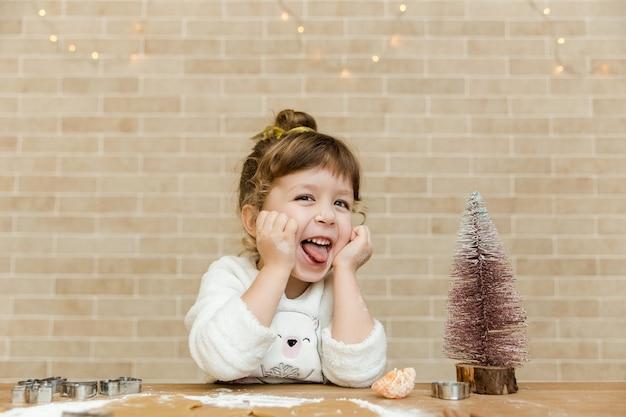 Lustiges kleines mädchen mit weihnachtsbaum