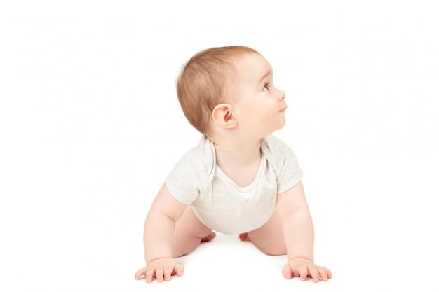 Lustiges kriechendes baby lokalisiert auf weißem hintergrund