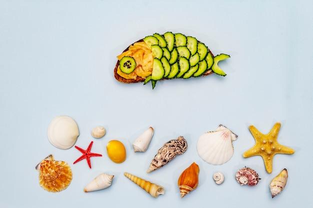 Lustiges lachssandwich mit gurke in fischform
