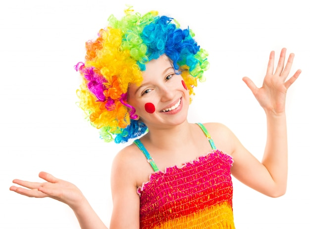 Lustiges mädchen in der clownperücke lokalisiert auf weißem hintergrund