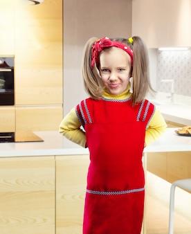 Lustiges mädchen in der küche