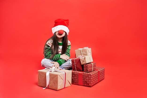 Lustiges mädchen in der weihnachtszeit
