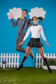 Lustiges nerdiges paar, das im bauernhof springt