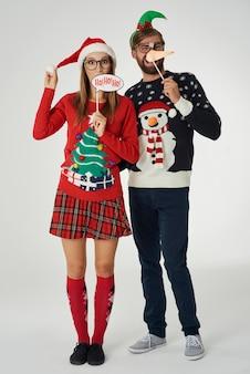Lustiges paar in der weihnachtszeit