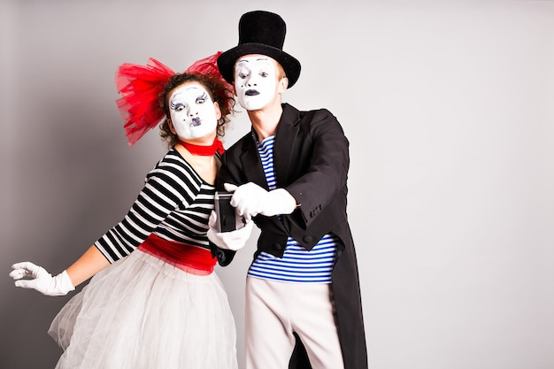 Lustiges paar pantomimen, die ein selfie-foto machen, aprilscherz.