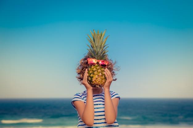 Lustiges porträt des kindes kind, das spaß am strand sommerferienkonzept hat