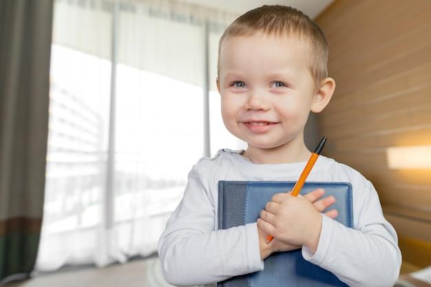 Lustiges porträt des kleinen jungen