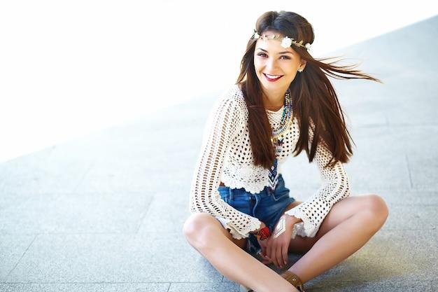 Lustiges stilvolles sexy lächelndes schönes junges hippie-frauenmodell im sommer weiße hipster-kleidung, die in der straße aufwirft