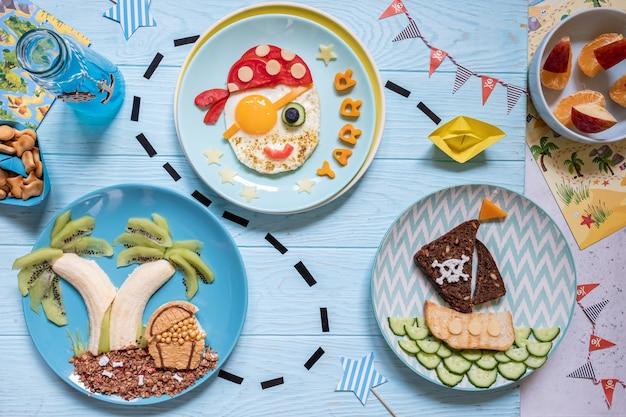 Lustiges süßes piratenfrühstück für die kinderjungen
