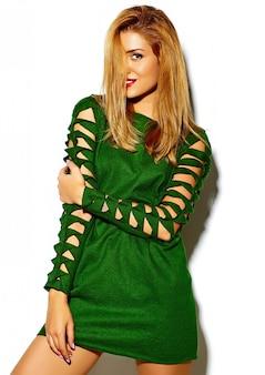 Lustiges verrücktes glamouröses stilvolles sexy lächelndes schönes blondes junges frauenmodell in grüner hipster-kleidung