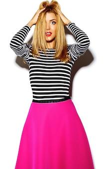 Lustiges verrücktes glamouröses stilvolles sexy lächelndes schönes blondes junges frauenmodell in rosa hipster-kleidung im studio