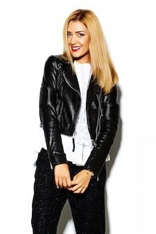 Lustiges verrücktes glamouröses stilvolles sexy lächelndes schönes blondes junges frauenmodell in schwarzen hipster-kleidern im studio
