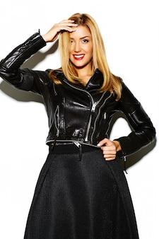 Lustiges verrücktes glamouröses stilvolles sexy lächelndes schönes blondes junges frauenmodell in schwarzer hipster-kleidung