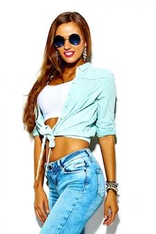 Lustiges verrücktes glamouröses stilvolles sexy lächelndes schönes junges sportfrauenmodell im sommer hellen hipsterjeans stoff mit großen titten