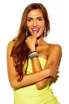 Lustiges verrücktes glamouröses stilvolles sexy lächelndes schönes junges sportfrauenmodell im sommer leuchtend gelbes kleid