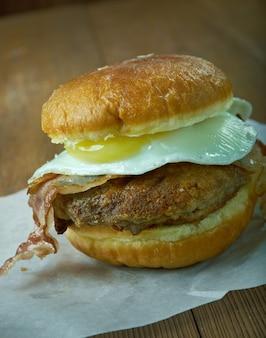 Luther burger - hamburger oder cheeseburger mit einem oder mehreren glasierten donuts anstelle des brötchens.