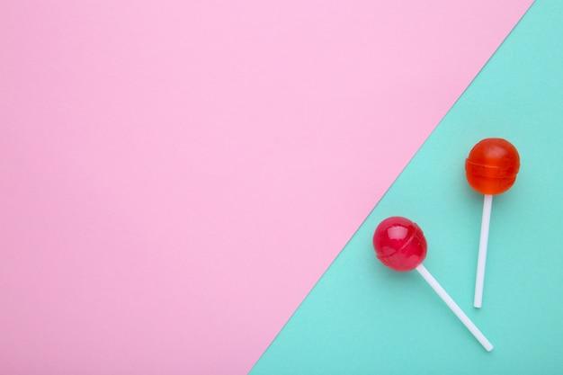 Lutscher auf buntem hintergrund. süßigkeiten.