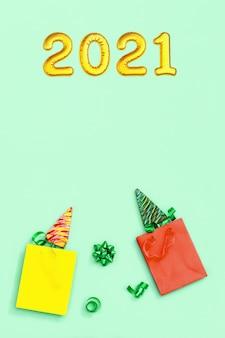 Lutscher in form eines weihnachtsbaumes in einkaufstüten und metallisch goldener aufblasbarer figur 2021