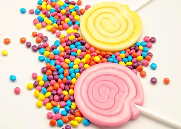 Lutscher mit bonbons auf weiß