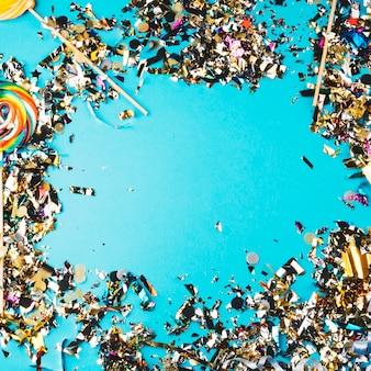 Lutscher und konfetti auf blau