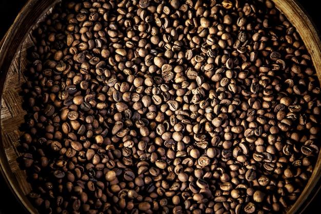 Luwak kaffeebohnen in einem runden behälter. draufsicht. der legendäre kaffee aus bali, indonesien Premium Fotos