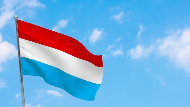 Luxemburg flagge auf stange. blauer himmel. nationalflagge von luxemburg