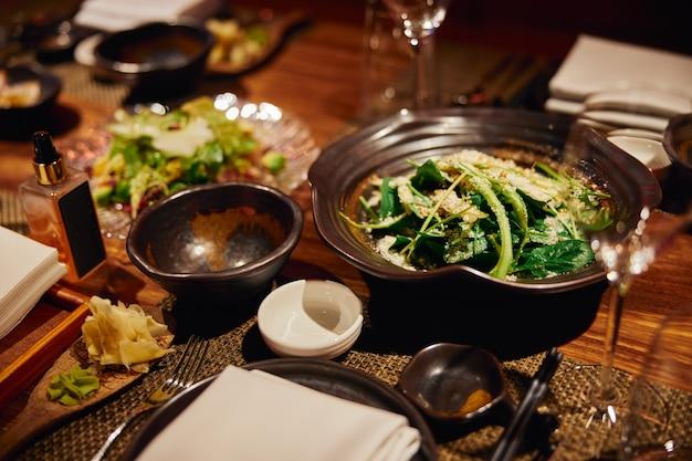 Luxuriös serviertes abendbankett in einem modernen restaurant
