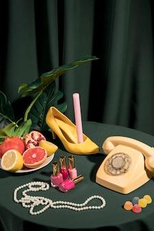 Luxuriöse anordnung der mode auf tabelle