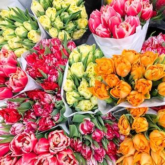 Luxuriöse blumensträuße aus bunten tulpen