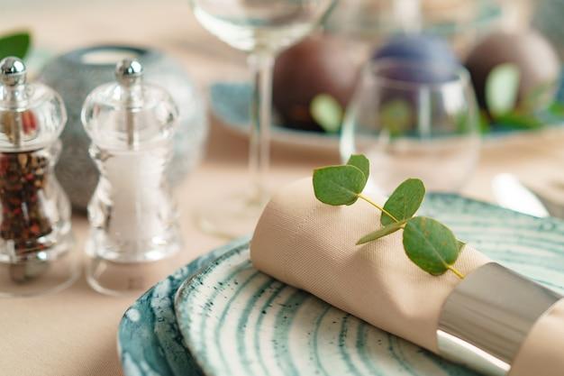 Luxuriöse grüne tischdekoration mit kerzen verziert