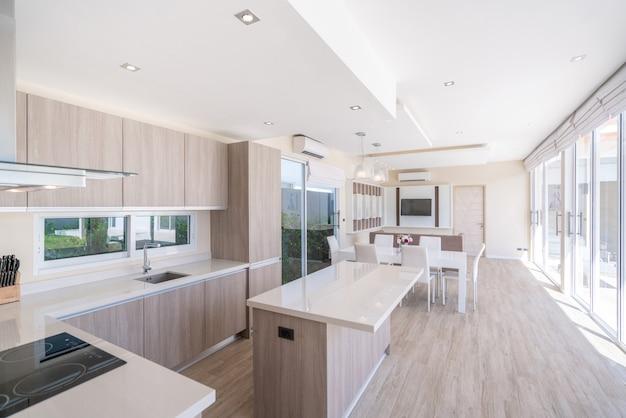 Luxuriöse innenarchitektur im wohnzimmer des hauses und heller raum mit esstisch