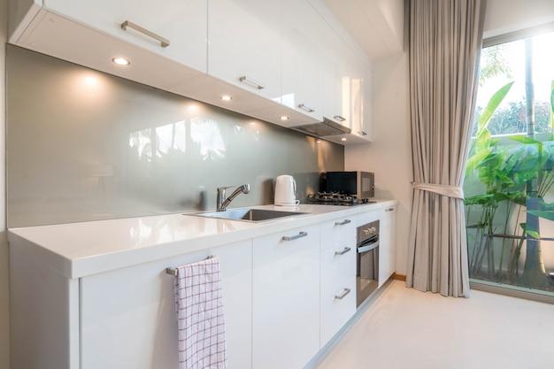 Luxuriöse innenarchitektur-pool-villa im küchenbereich, die über eine insel und ein möbelhaus, ein haus, ein gebäude und ein hotel verfügt