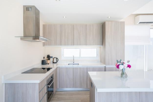 Luxuriöse innenarchitektur-poolvilla im küchenbereich, die über eine theke und eingebaute möbel verfügt