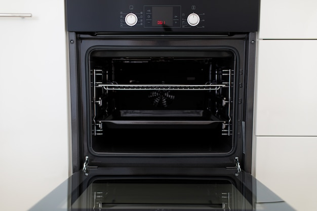 Luxuriöse neue schwarze küche mit modernen geräten