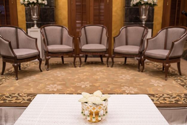 Luxuriöse sofas in der gästelounge des hotels mit nachtbeleuchtung.