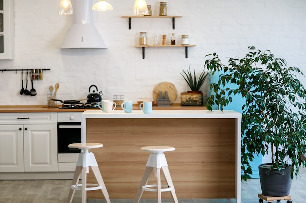 Luxuriöse weiße küche und wohnzimmer in einem großen haus