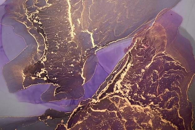 Luxuriöser abstrakter hintergrund in alkoholtintentechnik, lila goldene flüssige malerei, verstreute acrylkleckse und wirbelnde flecken, gedruckte materialien
