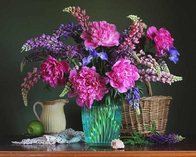 Luxuriöser blumenstrauß: pfingstrosen, lupinen und iris