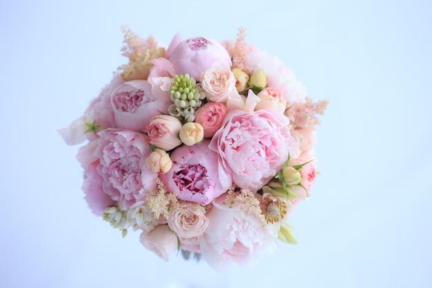 Luxuriöser hochzeitsstrauß aus frischen rosa pfingstrosen, astilba, englischer rose und nelken