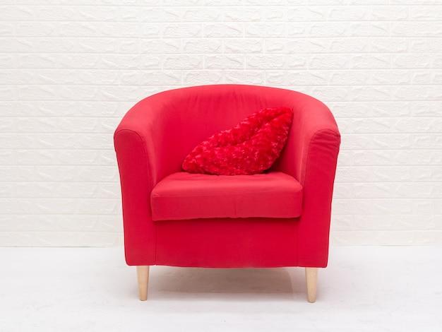 Luxuriöser holzrahmensessel mit rotem stoffsitz