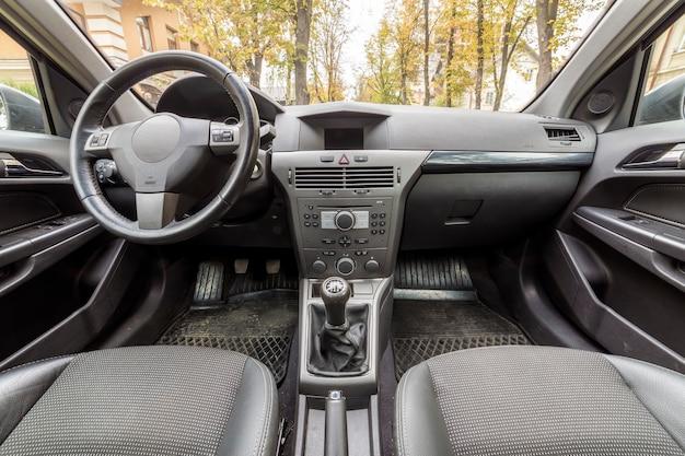 Luxuriöser innenraum. armaturenbrett, lenkrad, schalthebel und bequeme sitze. transport, design, modernes technologiekonzept.