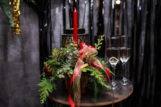 Luxuriöser romantischer esstisch bei kerzenlicht für paare