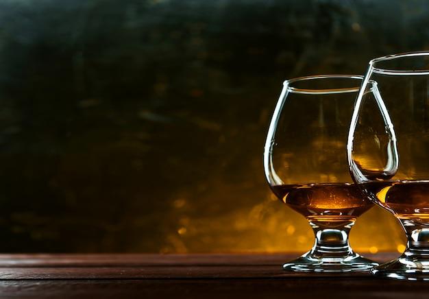 Luxuriöser und teurer französischer brandy im glas
