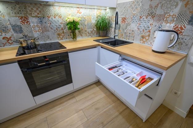 Luxuriöser weißer moderner kücheninnenraum