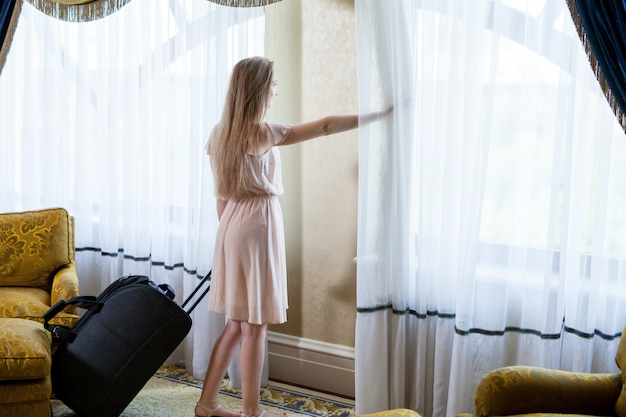 Luxuriöses fünf-sterne-hotel empfängt die gäste an einem wochenende.