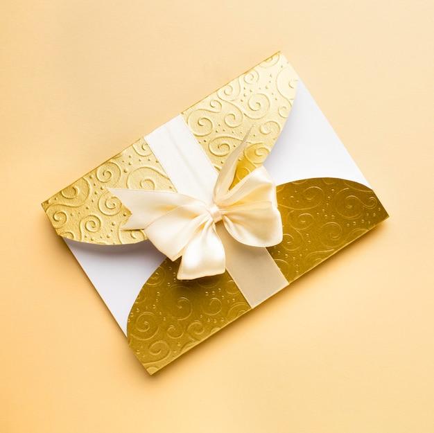 Luxuriöses hochzeitsbriefpapier des goldenen umschlags