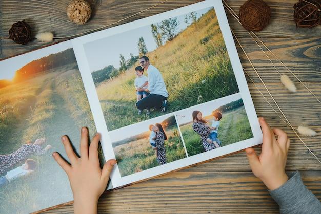 Luxuriöses hölzernes fotobuch über naturlandschaft. familienerinnerungen fotobuch. speichern sie ihre sommerferienerinnerungen.