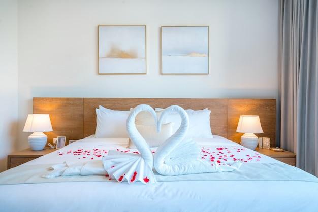 Luxuriöses innendesign im schlafzimmer der poolvilla mit gemütlichem kingsize-bett. schlafzimmer mit hoher deckenhöhe im haus oder wohngebäude